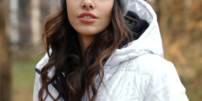 Jak nosić czapkę żeby nie zniszczyć fryzury?